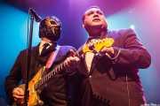 Eddie Angel -guitarra- y Big Sandy -voz invitado de Los Straitjackets & Big Sandy & The Pontani Sisters, Kafe Antzokia, Bilbao. 2012