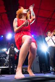 Vincent Girard -Bajista-, Ciara Thompson -cantante- y Guilhem Parguel -trombonista- de The Buttshakers, Andoaingo Rock Jaialdia. 2013