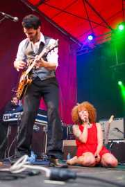 Sylvain Lorens -guitarrista- y Ciara Thompson -cantante- de The Buttshakers, Andoaingo Rock Jaialdia. 2013