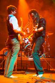 Dylan Fitch -guitarra-, Ben Azzi -batería- y David Supica -bajo- de The Delta Saints, Kafe Antzokia, Bilbao. 2013