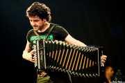 Xabi Solano, trikitrilari de Fermín Muguruza y Kontrakantxa (Bilbao BBK Live, Bilbao, 2013)