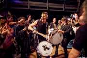 Luther Dickinson -voz y guitarra-, Cody Dickinson -batería y percusión- y Lightning Malcolm -bajo- de North Mississippi Allstars, de pasacalles, Santana 27, Bilbao. 2013