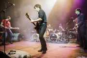 """Javi Manterola -guitarra-, Rober! -voz y guitarra-, Mikel Abrego -batería-, Felix Buff -batería- y Karlos Osinaga """"Txap"""" -bajo- de Hermana Raya, Kafe Antzokia, Bilbao. 2014"""