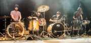 Mikel Lertxundi -batería-, Mikel Abrego -batería-, Felix Buff -batería-, Miryam Petralanda -batería- de Hermana Raya, Kafe Antzokia, Bilbao. 2014