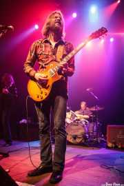 Eric Saylors -guitarra-, Jeff Massey -voz y guitarra- y Joe Winters -batería- de The Steepwater Band (Kafe Antzokia, Bilbao, 2014)