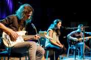Joseba B. Lenoir -guitarrista invitado- y Miren Narbaiza y Ander Mujika -guitarristas y cantantes- de Napoka Iria, Bilbao. 2014