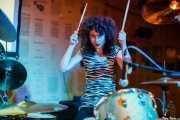 Úrsula Strong, baterista de Niña Coyote eta Chico Tornado, Hika Ateneo. 2014