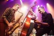 Dani Nel·lo -saxofonista-, Ivan Kovacevic -contrabajista- y Mario Cobo -guitarrista- de Los Mambo Jambo, Kafe Antzokia. 2014