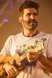 Alberto Pérez, guitarrista de Izal, con el ukelele, Bilbao BBK Live, 2014