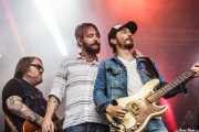 Ryan Monroe -guitarrista-, Ben Bridwell -cantante- y Ryan Monroe -bajista-, de Band of Horses, Bilbao BBK Live, 2014