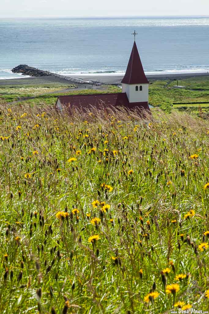 Iglesia en la colina de Vík í Mýrdal, Islandia, 2014