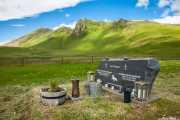 Tumba en el cementerio de Vík í Mýrdal con fondo de montañas, Cementerio, 2014
