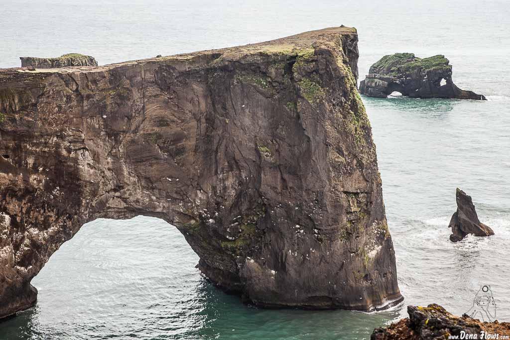 Túneles naturales en las rocas de los acantilados de Dyrhólaey, Islandia, 2014