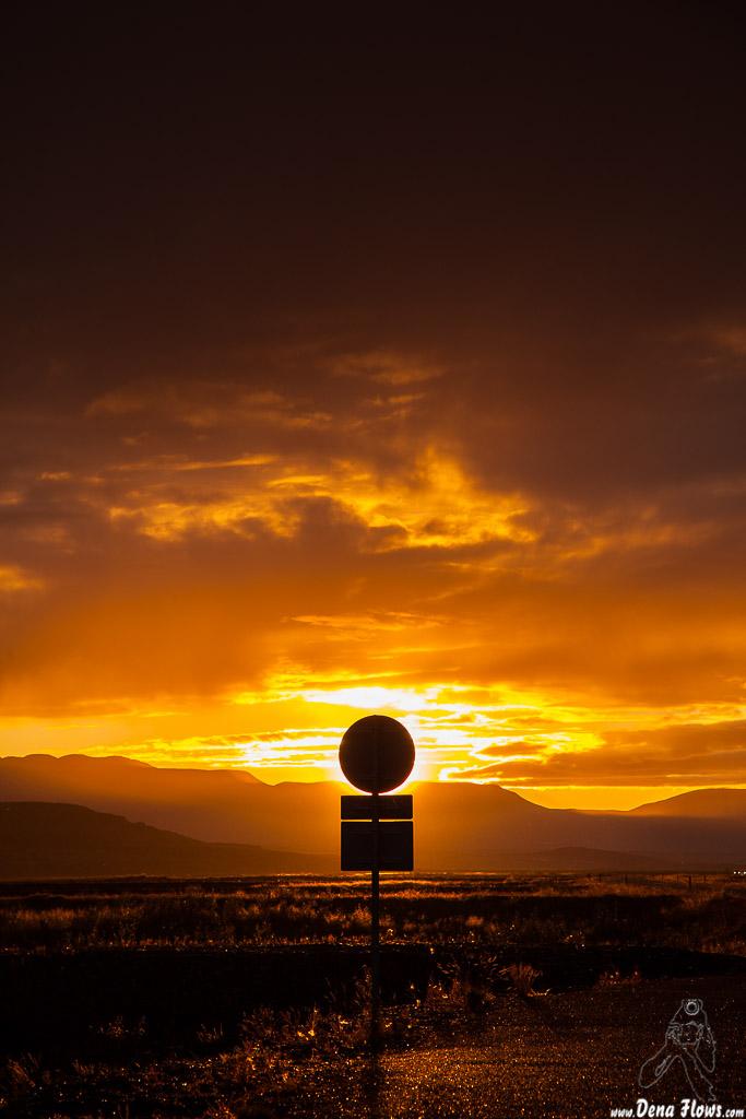 Puesta de sol tras señal de tráfico, Islandia, 2014