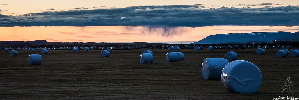 Campo segado en Balas de hierba y tormenta al fondo, Islandia, 2014