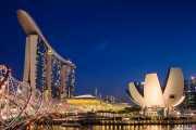 Marina Bay Sands (Moshe Safdie, 2010) con el Helix Bridge (COX Group Pte Ltd & Architects 61, 2010) en primer plano y el ArtScience Museum (Moshe Safdie, 2010) a la derecha (13/09/2014)