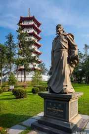 Estatua de Wen Tianxiang y Pagoda de siete pisos en el Chinese Garden (15/09/2014)