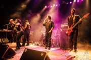 """Lionel """"LJ"""" Holoman -teclista-, Silk-E -cantante-, Grego Simmons -guitarrista-, Boots Riley -cantante- y J.J. Jungle -bajista- de The Coup, Kafe Antzokia. 2014"""