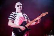 Dave Priseman, trompetista y guitarrista de Imelda May, disfrazado de Fétido Adams sobre el escenario por Halloween, Bilbao Exhibition Centre (BEC). 2014