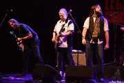 Jim Maving -guitarrista-, Mick Ralphs -guitarrista- y Adam Barron -cantante- de Mick Ralphs Blues Band, Sala BBK. 2014