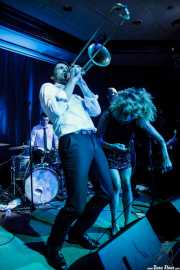 Josselin Soutrenon -baterista-, Guillaume Nuss -trombonista- y Ciara Thompson -cantante- de The Buttshakers, Kafe Antzokia. 2014