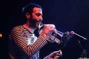 Iban Urizar, trompetista, clarinetista y percusionista de Joseba Irazoki eta lagunak, Kafe Antzokia, Bilbao. 2015