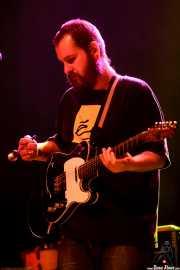 Jaime Nieto, bajista de Joseba Irazoki eta lagunak, aquí tocando la guitarra con una cuchara, Kafe Antzokia, Bilbao. 2015