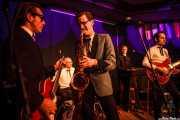 Zig Criscuolo -bajo-, Spencer Evoy -voz y saxofón-, Ravi Low-Beer -batería-, Reverend Parsley -órgano- y Alberto Zioli -guitarra y voz- de MFC Chicken, Kafe Antzokia, Bilbao. 2015
