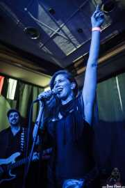 Devid Dell'Aiera -bajo- y Hayley Red -voz- The Dustaphonics, Kafe Antzokia, Bilbao. 2015