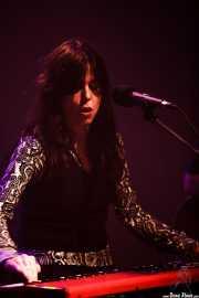 Sara Iñiguez, cantante, teclista y guitarrista de Rubia, Kafe Antzokia, Bilbao. 2015