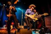 Eddie Angel -guitarra-, Deke Dickerson -voz y guitarra invitado- y Greg Townson -guitarra- de Los Straitjackets & Deke Dickerson, Kafe Antzokia, Bilbao. 2015