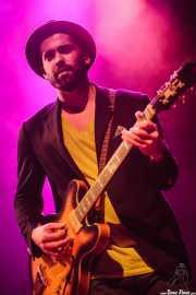 Matthew Wilson, bajista de John Németh; aquí con guitarra, Kafe Antzokia, Bilbao. 2015