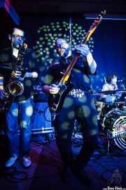 Guillermo García -saxo invitado-, Juanjo Arias -guitarra- y Mariana Pérez Abendaño -batería- de Sonic Trash, Kafe Antzokia, Bilbao. 2015