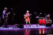 Dirk Powell -guitarra, piano y otros-, Joan Baez -voz y guitarra- y Gabriel Harris -percusión- de Joan Baez, Palacio Euskaduna Jauregia, Bilbao. 2015