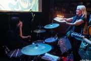 Lena Huracán Coltrane, baterista de The Dirty Coal Train felicitada por su cumpleaños por Ainhoa y Conchita de Aragón Coltrane, guitarrista, al fondo, Fuzz in the city 2015, Bilbao. 2015
