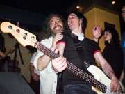 Iker Álvarez, bajista de Dirty Jackets con Rafa Rokin (Palladium, Bilbao, 2003)