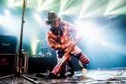 Monty Oxymoron, teclista de The Damned; aquí desbarrando con la guitarra, Santana 27, Bilbao. 2015
