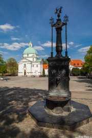 Iglesia de San Casimiro (Warszawski kościół Sakramentek pod wezwaniem św. Kazimierza) (Tylman Gamerski, 1692) y fuente en primer plano (30/04/2015)