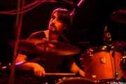 Erik Pitluga, baterista de Roger Harvey, Kafe Antzokia, Bilbao. 2015