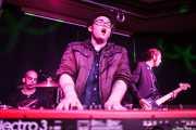 Craig Sala -batería-, Kris Rodgers -voz y piano- y Lurt Baker -bajo- de Kris Rodgers & The Dirty Gems, Kafe Antzokia, Bilbao. 2015