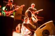 Koko-Jean Davis -voz-, Daniel Segura -bajo- y Adrià Gual -guitarra- de The Excitements, Social Antzokia, Basauri. 2015
