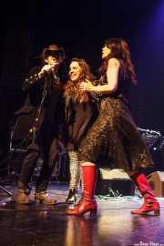 Mike Farris -voz y guitarra-, Sara Íniguez -voz corista- y Judith López -voz corista- de Mike Farris, Social Antzokia, Basauri. 2015