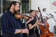 """Juli Aymi -clarinete y saxofón-, Doc Scanlon -voz y contrabajo- y """"Bad Boy"""" Billy Collins -guitarra- de Doc Scanlon's Swingsters con Nika Bitchiashvili -violín invitado-, Gastroswing - Artium, Vitoria-Gasteiz. 2015"""