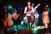 """Iñaki López -contrabajo-, Jokin Madinabeitia -guitarra-, Daniel Olano -batería-, David Pisabarro """"413"""" -voz y banjo-, Jon Ander Burgos -trompeta- y Elena Arteagoitia -violín- de Ghost Number & His Tipsy Gypsies, Sala Azkena, Bilbao. 2015"""