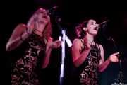 "Maddy Kelly y Memphis Kelly ""The Kelly Sisters"", cantantes coristas de C.W. Stoneking, Sala Azkena, Bilbao. 2015"