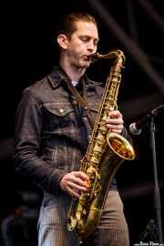 Doug Corcoran, saxofonista y guitarrista de JD McPherson, Azkena Rock Festival, Vitoria-Gasteiz. 2015