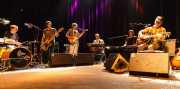 Sam Baker -batería-, Matt Swanson -bajo-, William Tyler -guitarra-, Ryan Norris -teclado y guitarra-, Tony Crow -teclado- y Kurt Wagner -voz y guitarra- de Lambchop, Kafe Antzokia, Bilbao. 2015