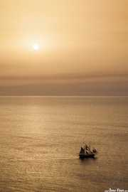 Barco velero en el aterdecer desde Oia (07/09/2015)