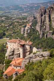 Paisaje de Kalambaka: Monasterio de Roussanou (s.SVI); al fondo el Monasterio de San Nicolás Anapausas (Àgios Nikólaos) (s.XVI) (24/09/2015)