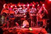 "Erin King -batería-, Andy MacBain ""Andy California"" -voz- y Hilken Mancini -guitarra- de The Monsieurs, Funtastic Dracula Carnival, Benidorm. 2015"